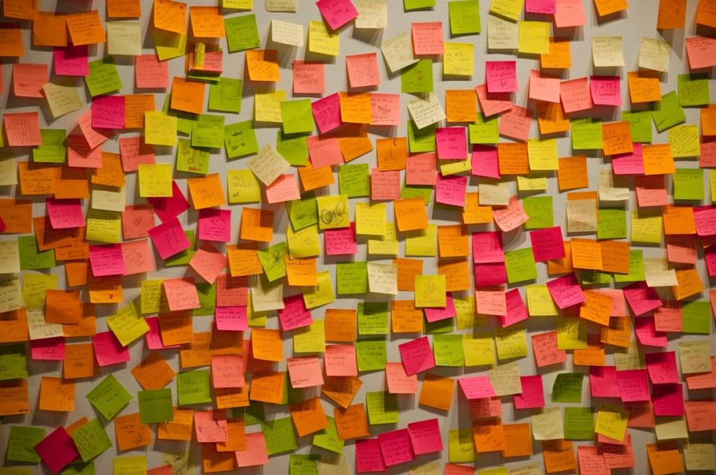 Postits–et af de foretrukne design thinking-redskaber.